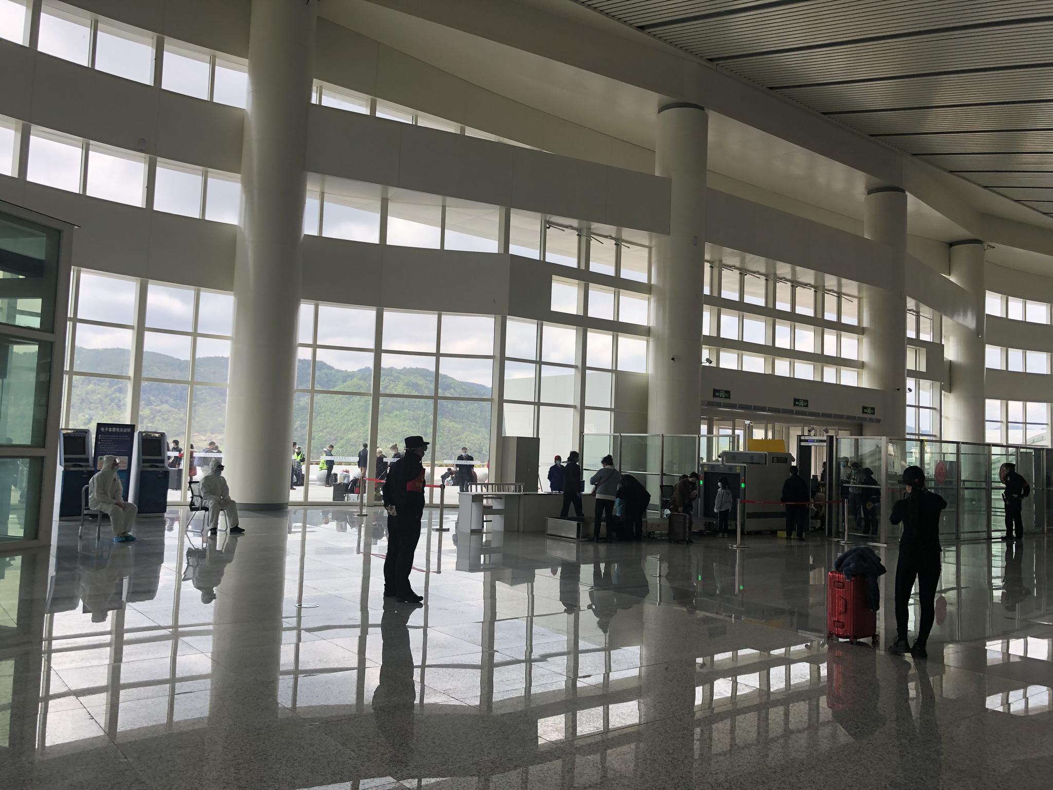 十堰东站候车大厅,与往常相比人流少了很多。受访者供图