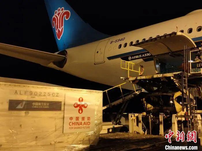 3月23日,中国向东盟国家派遣首支抗疫医疗队。图为一批医疗物资在上海浦东机场装上包机。南方航空供图