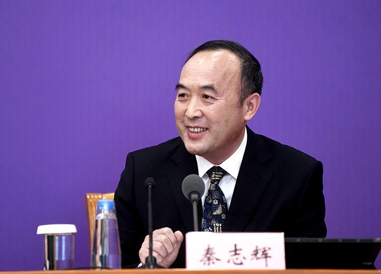工业和信息化部中小企业局副局长秦志辉回答记者提问。