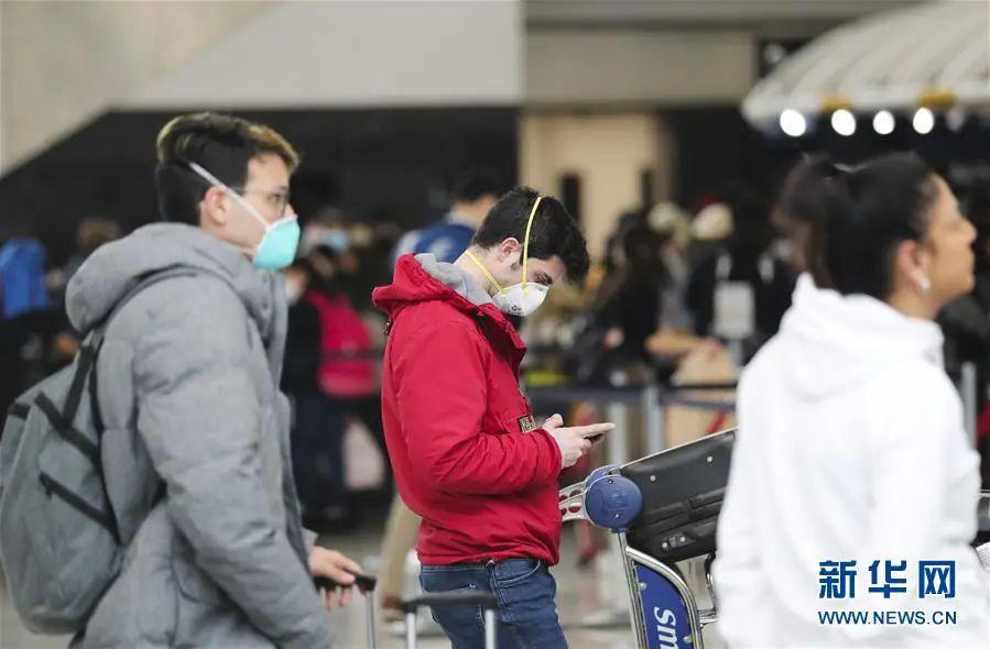 ▲3月13日,在美国纽约肯尼迪国际机场,旅客在出发区等候。(新华社记者 王迎 摄)