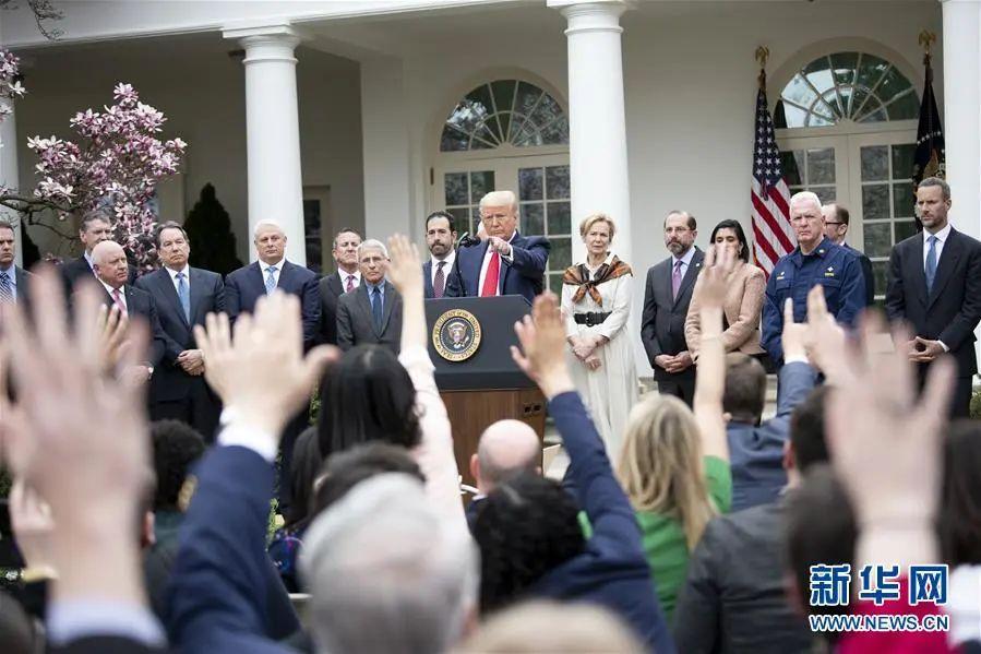 """▲当地时间3月13日下午,特朗普在白宫发表讲话时正式宣布""""国家紧急状态""""。(新华社记者 刘杰 摄)"""
