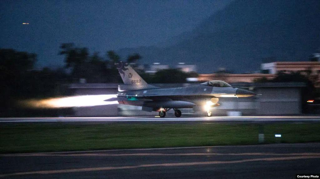 """""""联翔操演""""中紧急起飞的F-16战机,图源台媒"""