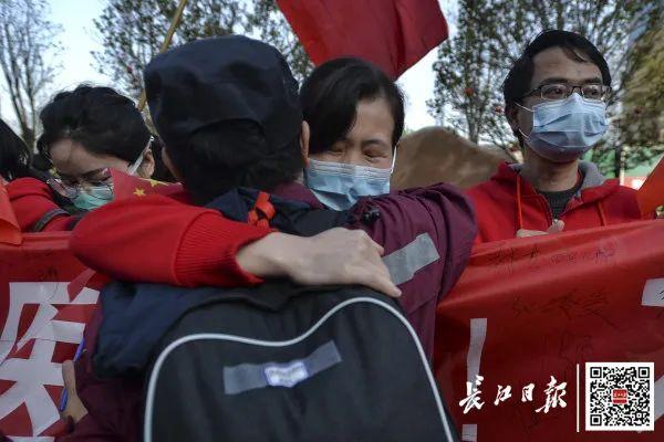 20日,陕西医疗队返程,青山区九医院的医护战友以及志愿者们为他们送行