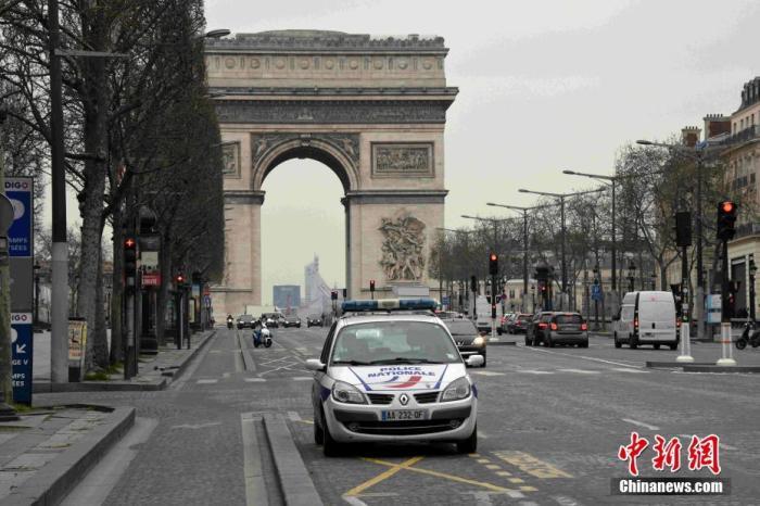 当地时间3月17日,巴黎香榭丽舍大街上车辆稀少。中新社记者 李洋 摄