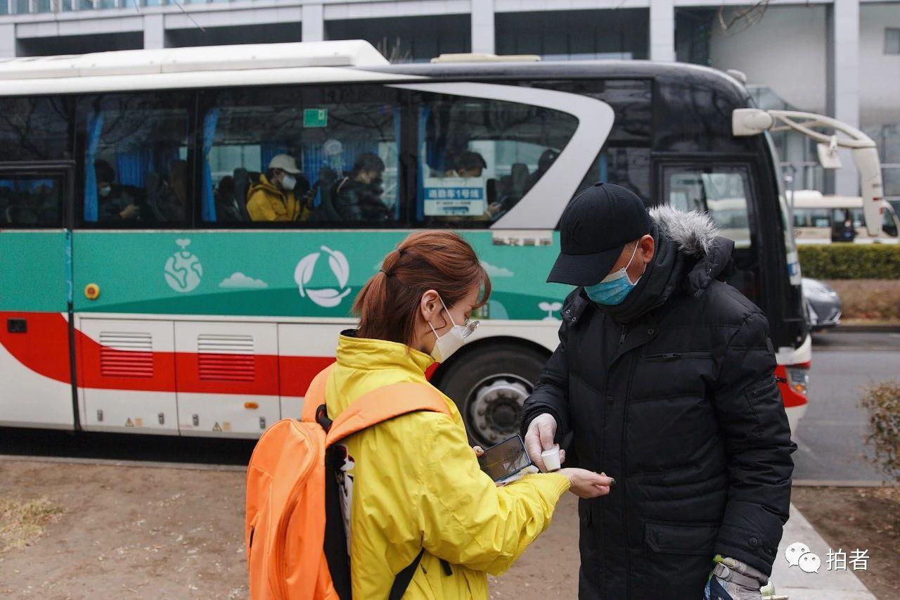 △3月9日,上地九街,工作人员为乘坐公司班车的员工测温。