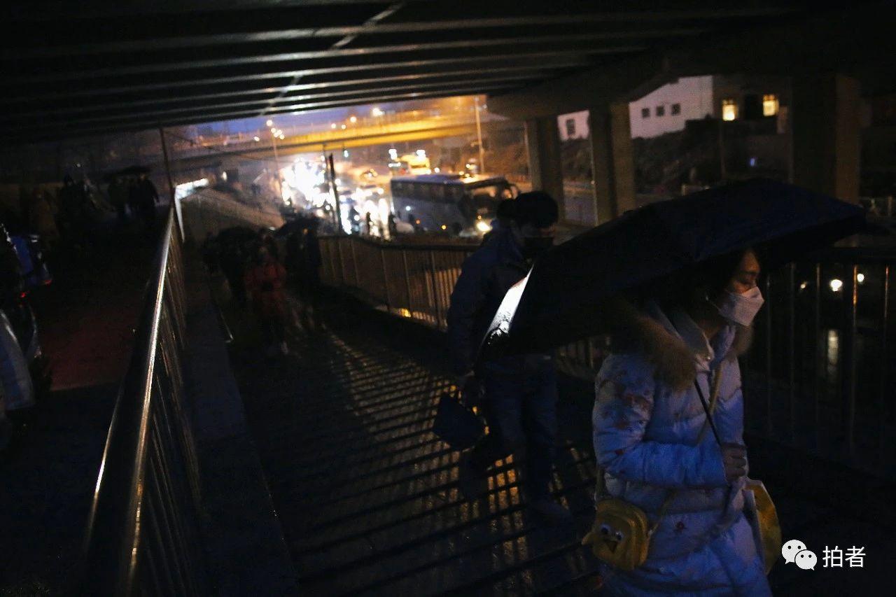 △3月6日,西二旗大街,行人撑伞赶往西二旗地铁站。