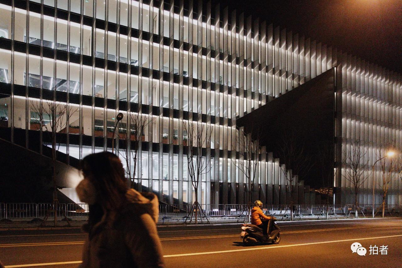 △3月16日晚,西二旗中关村软件园,互联网公司大楼依然灯火通明。