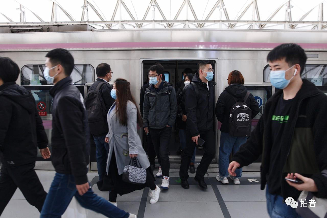 △3月24日,西二旗地铁站,列车到站后,乘客走出列车。