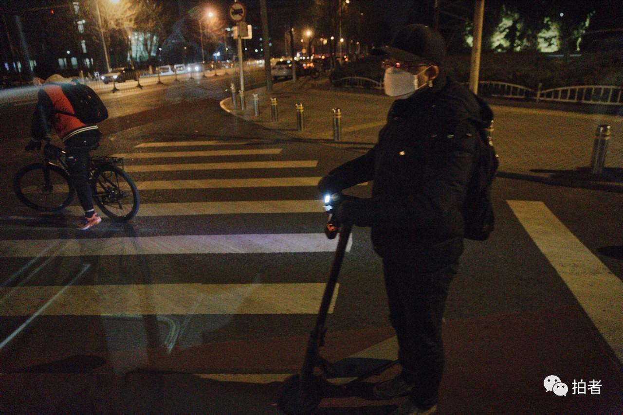 △3月16日,后厂村路,骑电动滑板车回家的员工。