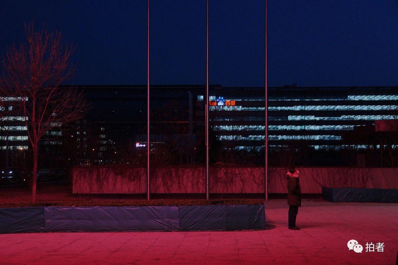 △3月16日晚,西二旗中关村软件园,一名员工在公司楼下透气。