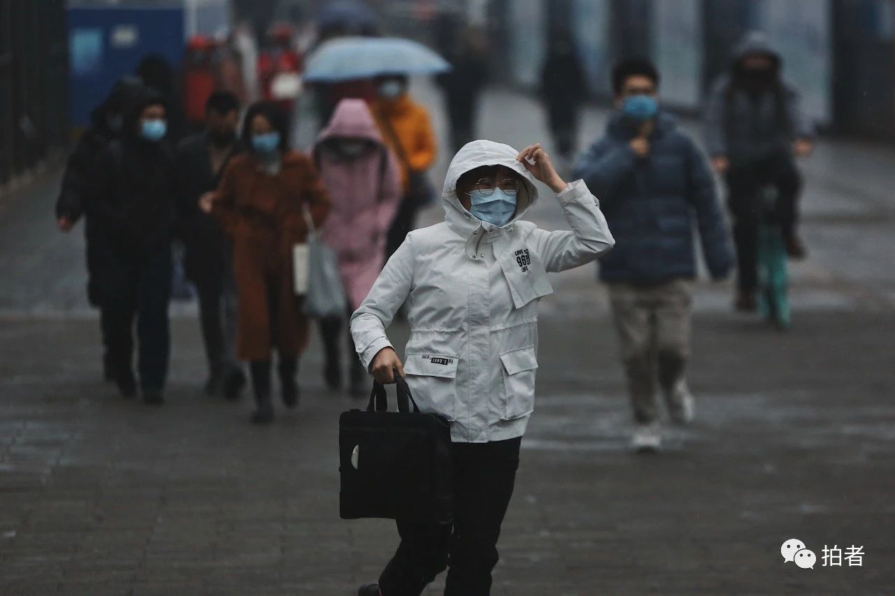 △3月6日傍晚,天空下起小雨,西二旗地铁站外,没带伞的行人快步赶往地铁站。