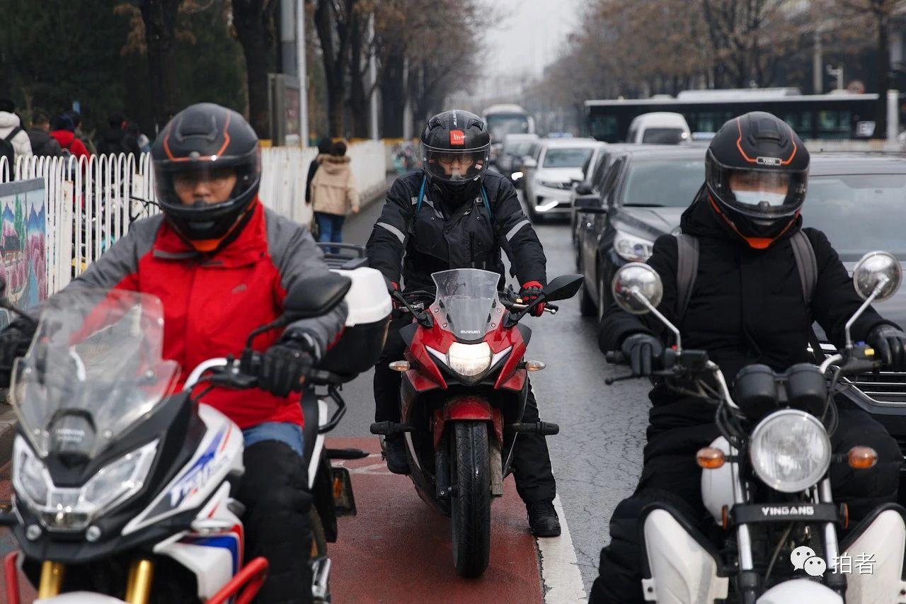 △3月9日,上地东路,骑摩托车的路人。