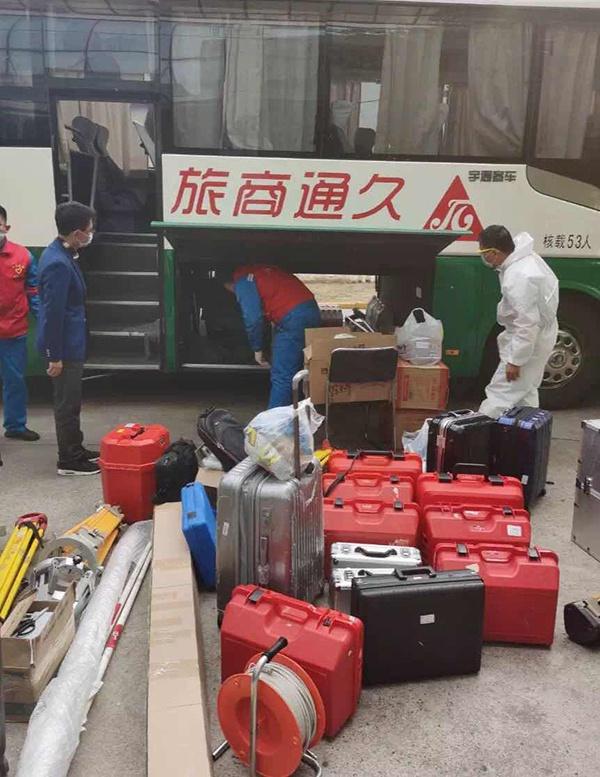 首批离汉返沪人员乘坐大巴返沪复工复产。丁沈凯摄