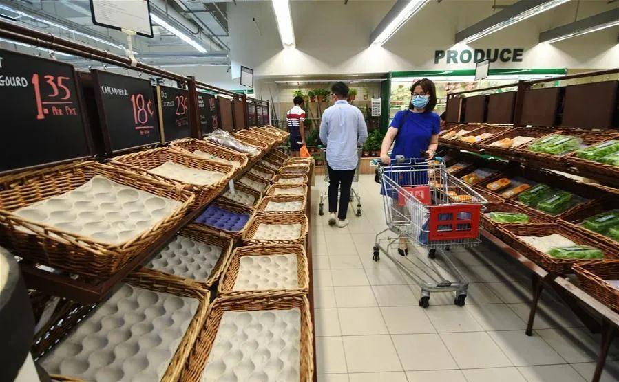 当地民众在超市内购物 图片来源:新华网
