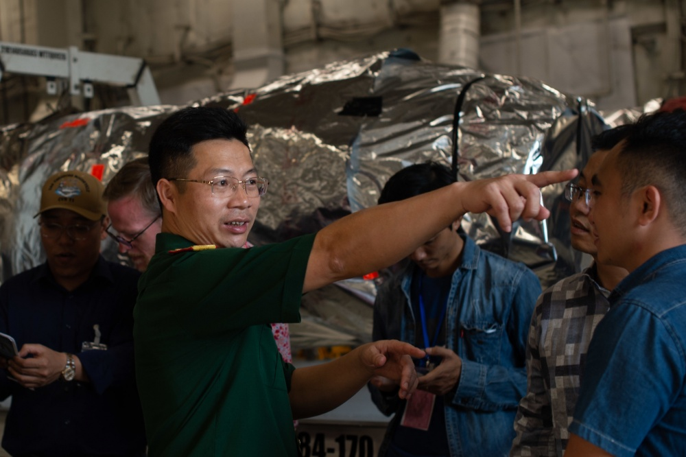 On March 7, Vietnamese military personnel boarded the Roosevelt aircraft carrier to visit.