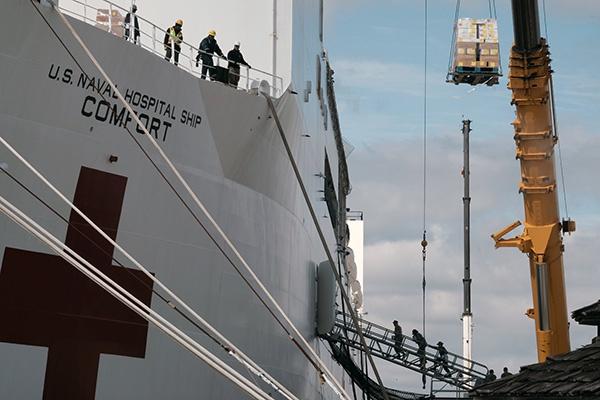美国海军两艘医疗船协助抗疫