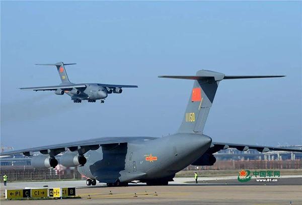 运-20向武汉运输医疗人员和物资 中国军网 图