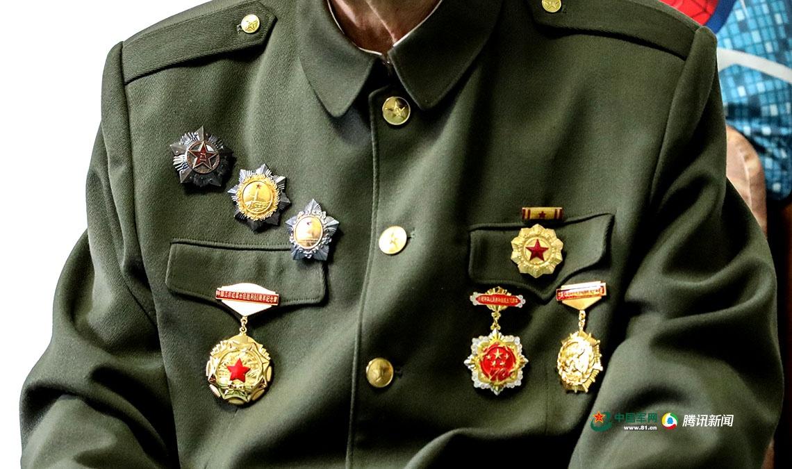 王枫胸前佩戴的军功章。中国军网记者 伍行健 摄