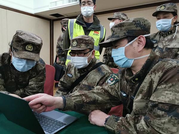 解放军派出医疗队员参加抗疫   新华社 图