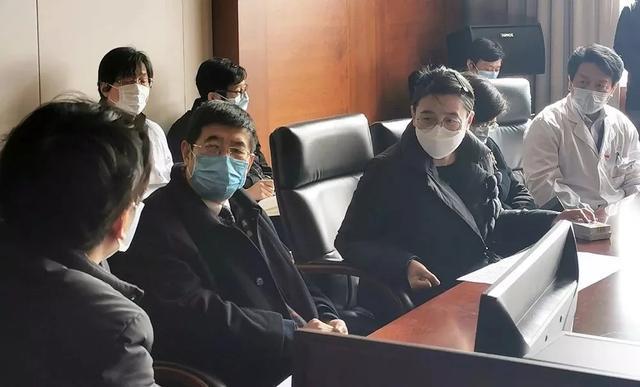 李少冬(左二)督导南通疫情防控