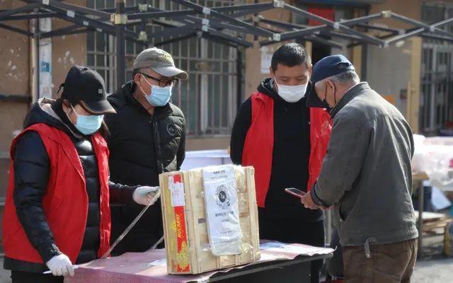 """▲4月10日,在绥芬河一居民小区,出入人员扫描""""健康码""""。新华社发"""