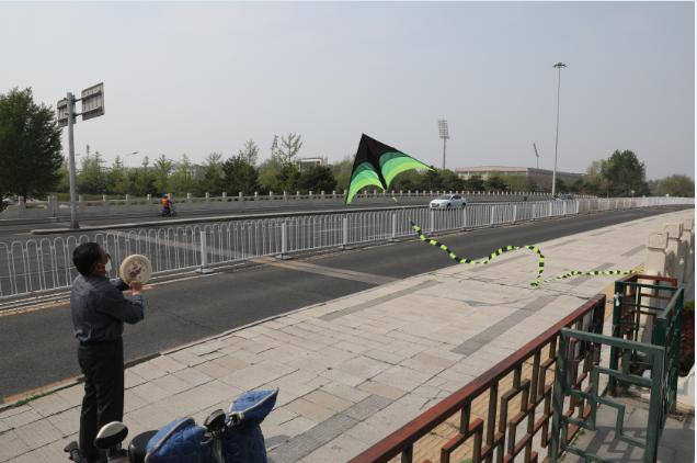 市民在永定门大街上一路放风筝。 新京报记者 王飞 摄