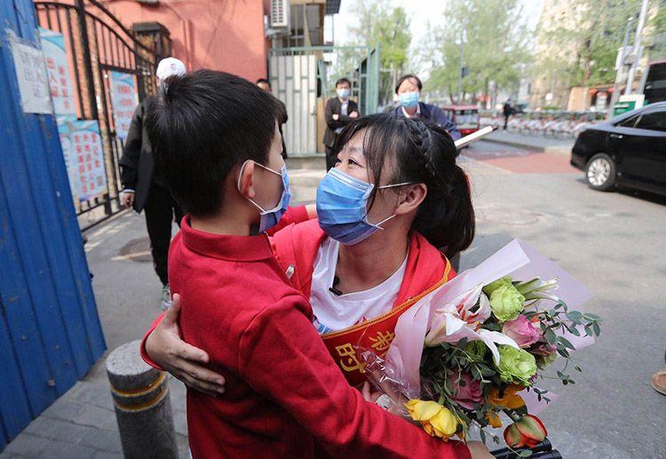 恒耀2逆行天使平安到家 北京援鄂医疗队队员回到社区 组图