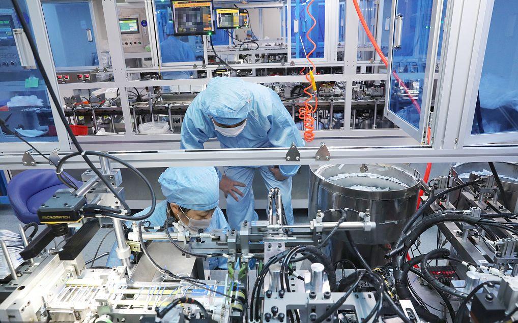 2020年3月9日,某新冠病毒抗原检测试剂盒生产车间。图片来源:人民视觉