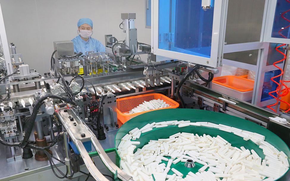 某公司生产抗原检测试剂盒的生产车间。 图片来源:人民视觉