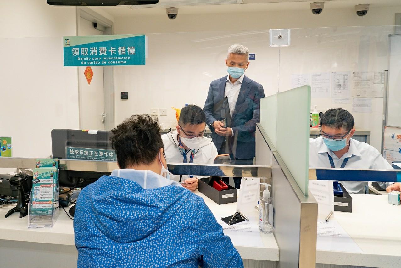 澳门经济局人员巡视各领卡服务点。图片来源:澳门特区政府网站