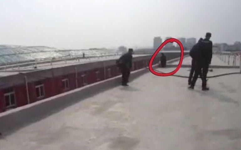 民警对轻生女子进行救援。警方供图