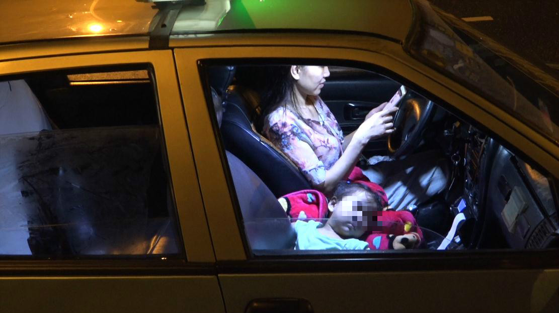 2017年8月,李少云带着依依开夜班出租车。本文除特殊标注外,均为澎湃新闻记者 朱莹 图