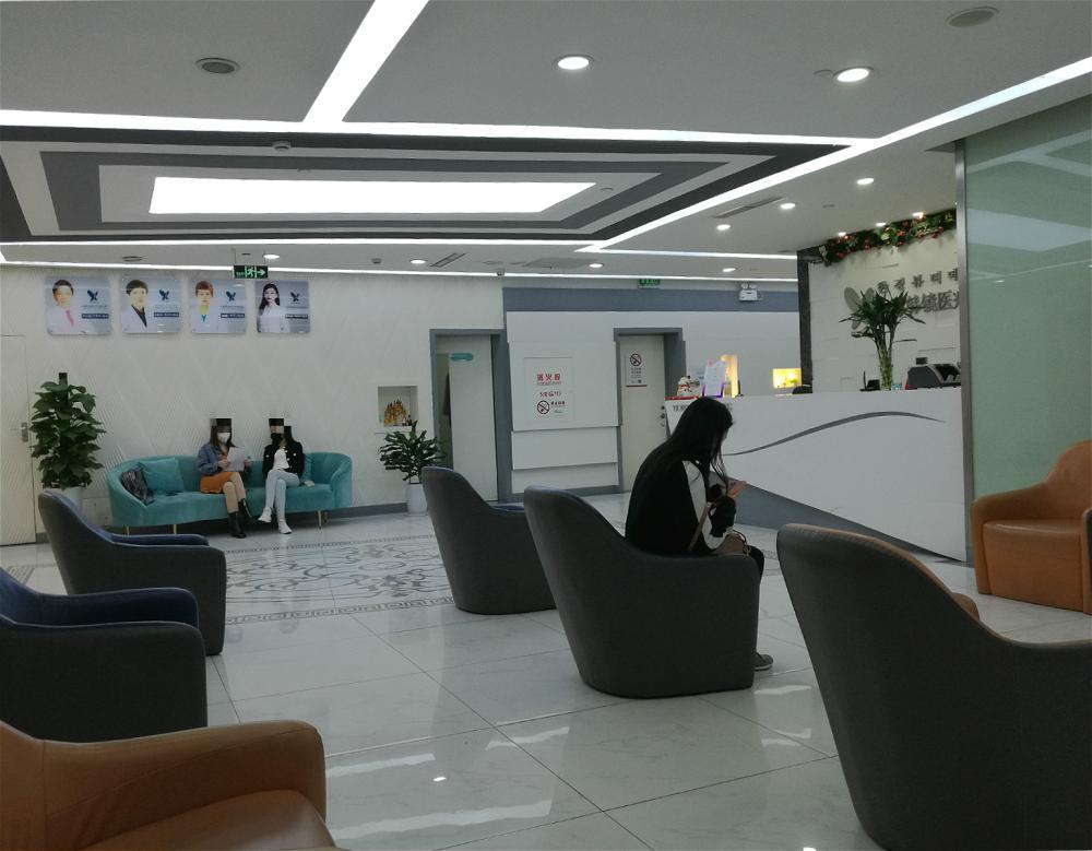 △上海韩镜医疗美容医院大堂内的求美者。