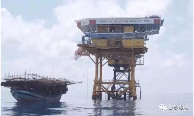 南沙万安滩DK1高脚屋附近作业的越南墨鱼船(图片来源:三沙热点)