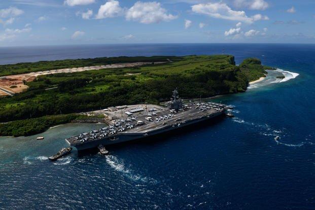 """""""罗斯福""""号航母离开关岛港口,摄于2017年 图源:美国海军"""