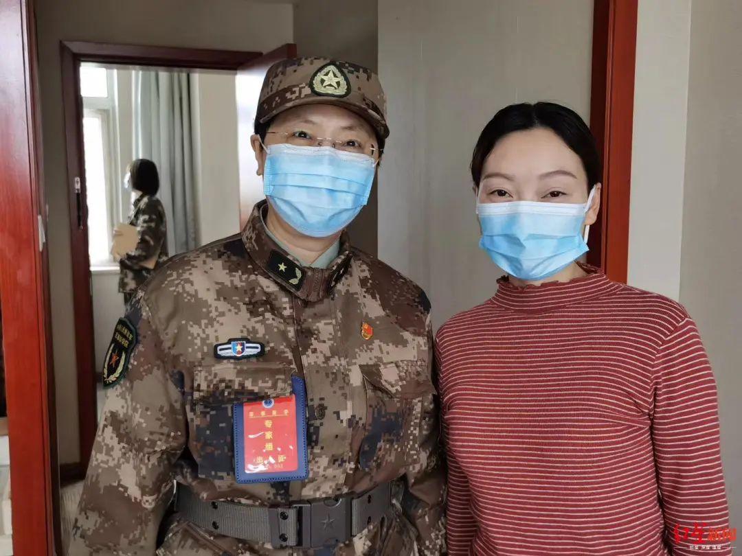 ▲靳官萍离开疗养机构,研究人员前来探望