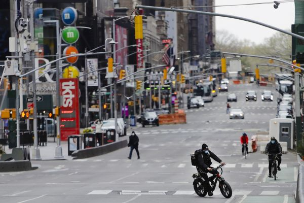 4月17日,在美国纽约布鲁克林,人们戴着口罩出行。(新华社/美联)