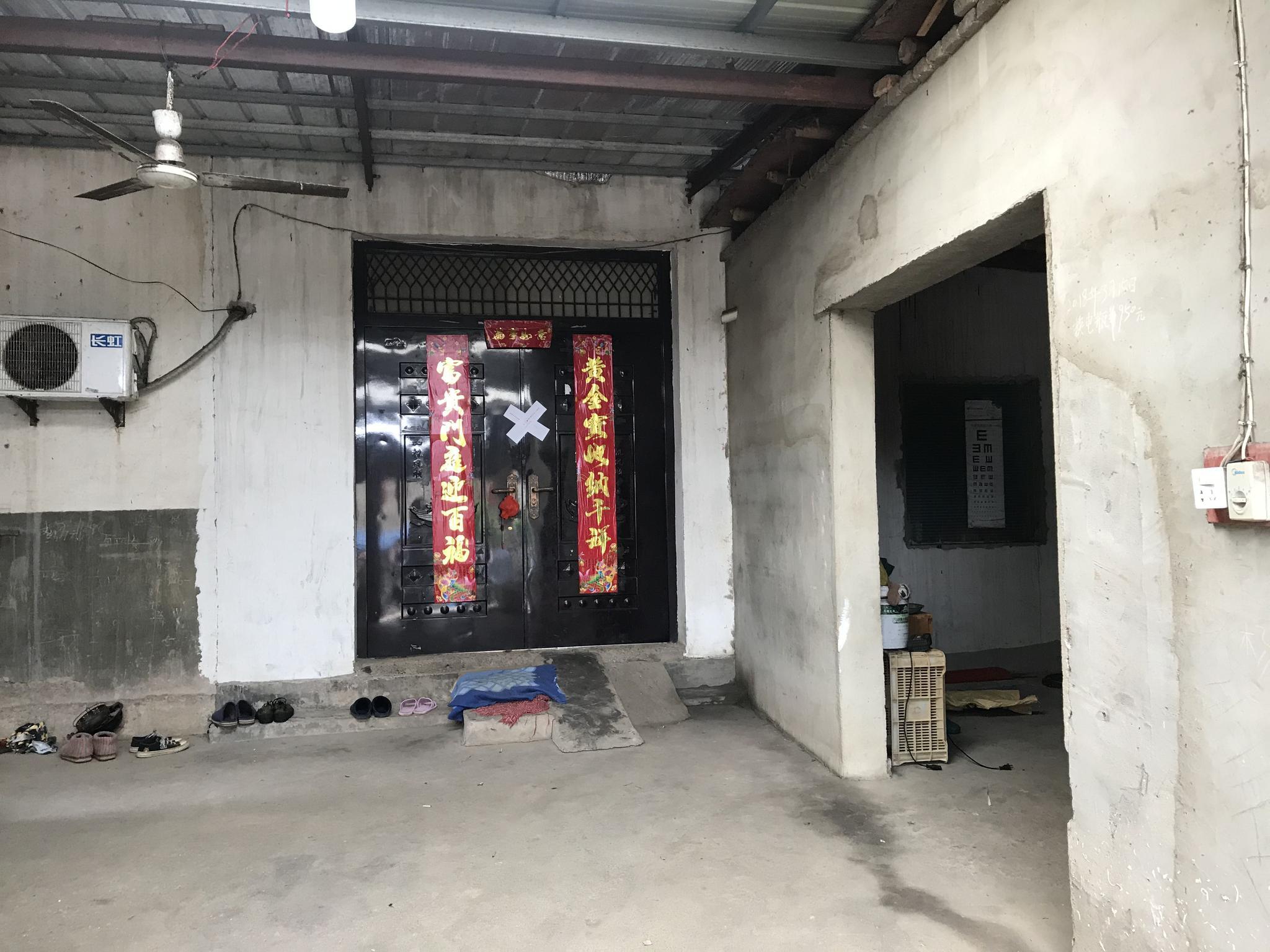 嫌疑人杨某某家大门紧闭,贴着封条。新京报记者王昱倩摄