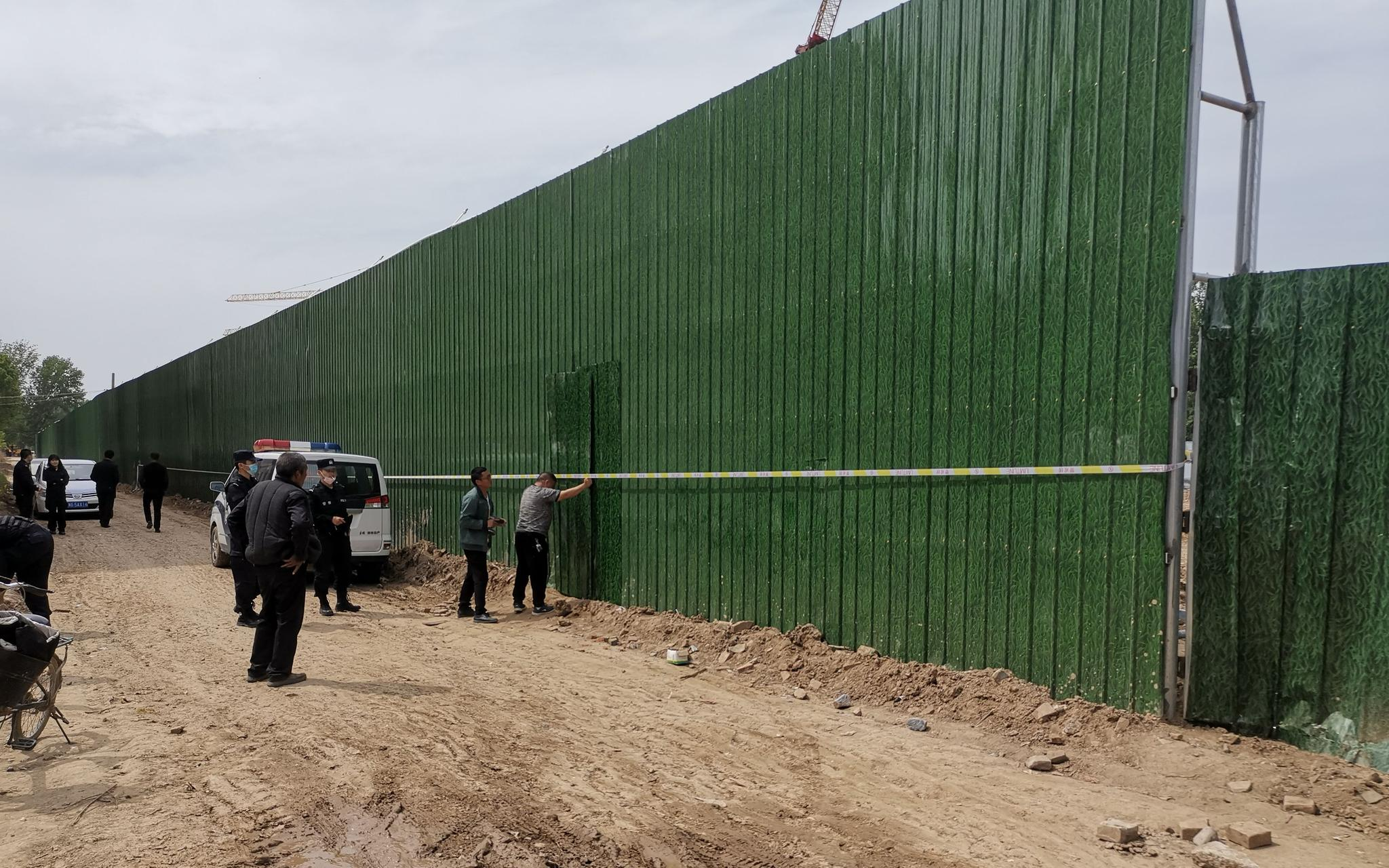 4月20日午间,盛和府项目围挡南侧可通往温庄村的一处破口被重新封堵。新京报记者 程亚龙 摄