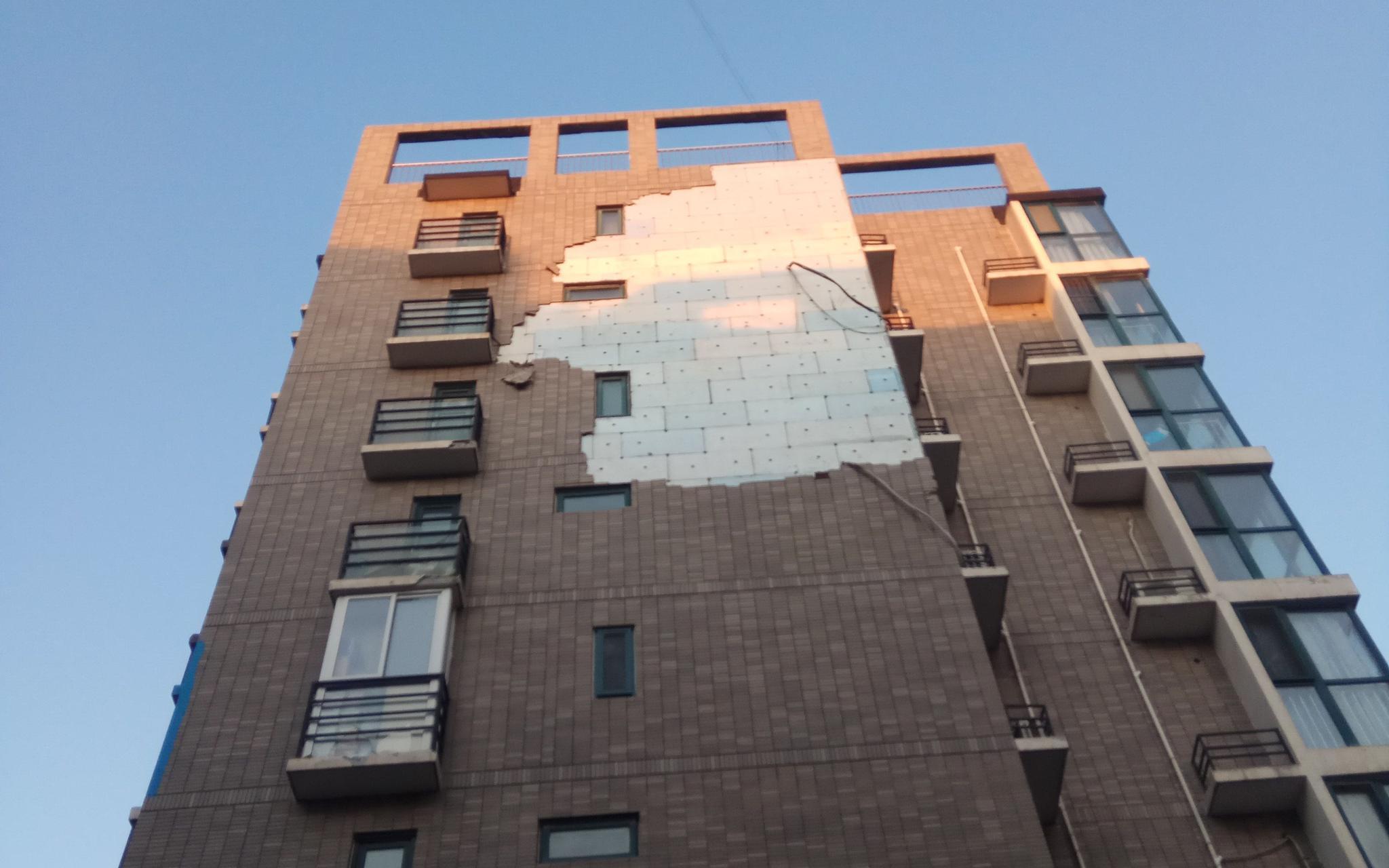 北京大风吹落楼房外墙墙砖 专家:开发商有责按时检查