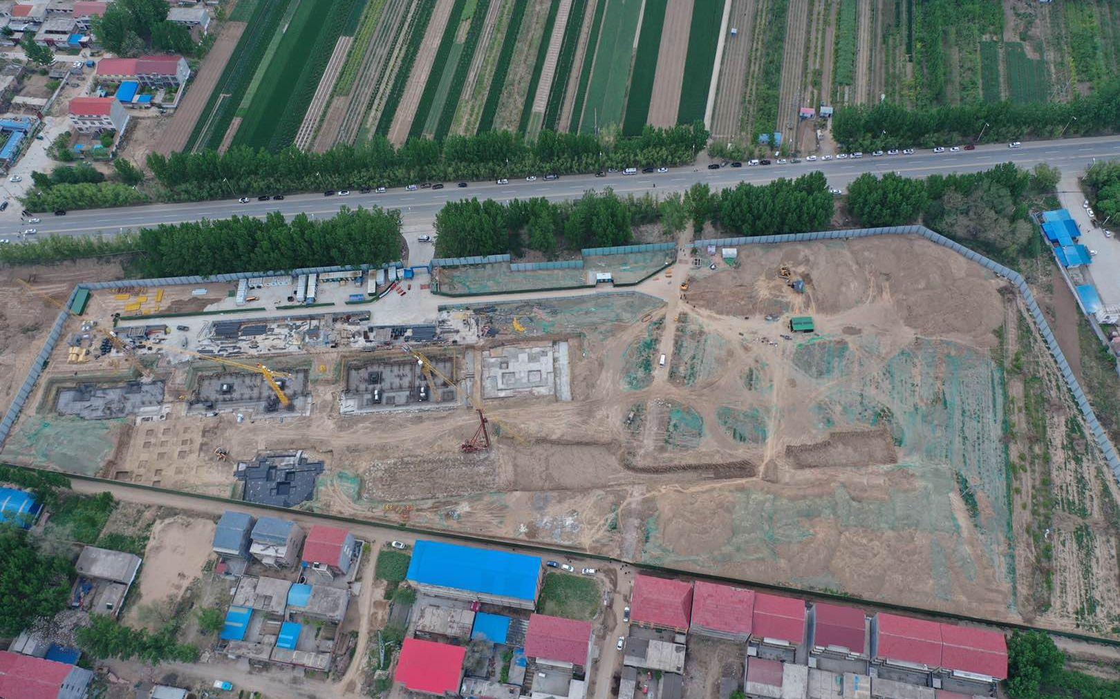 事发盛和府项目工地航拍图,西侧为施工区域,东北角挖掘机旁为事发现场。新京报记者 雷燕超 摄