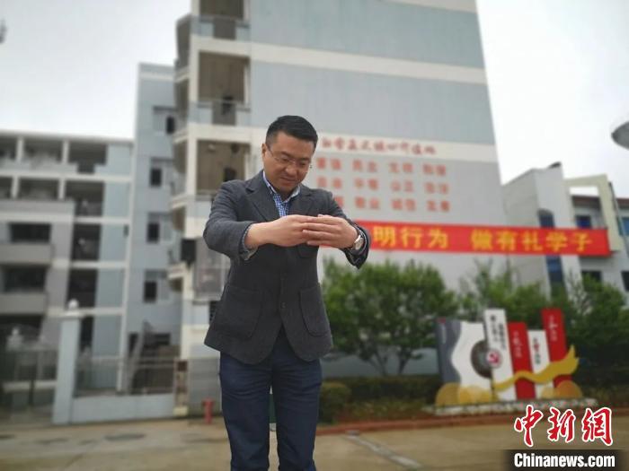 江山五中校长陈彬华在复学第一天向高三学生及教师行作揖礼。江山教育局提供