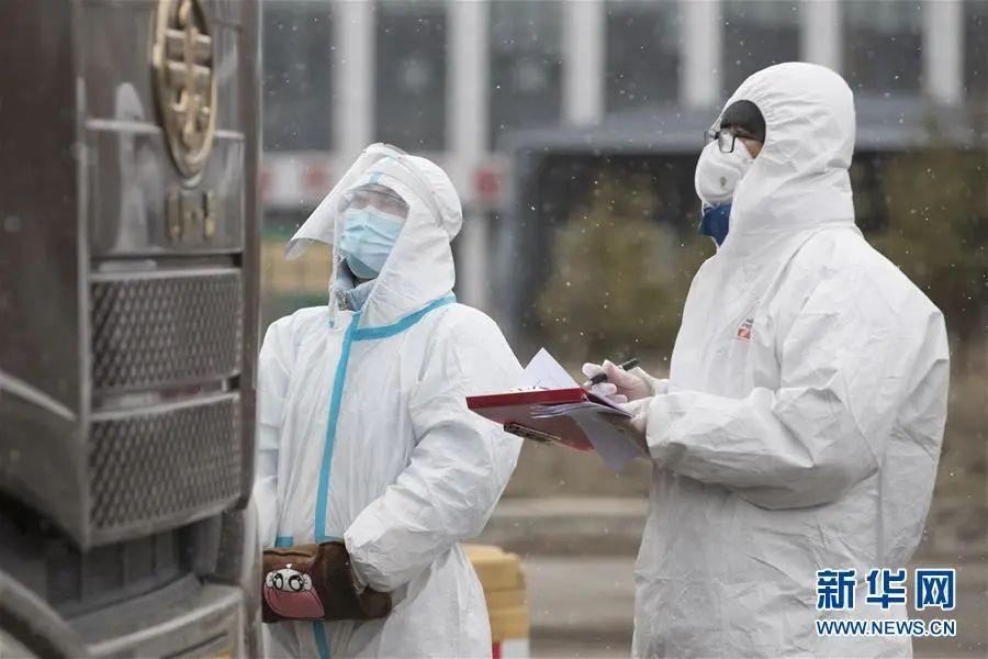 ▲4月22日,在绥芬河市入城口,工作人员在雪中进行登记。 新华社发(张涛 摄)