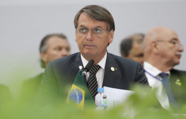 资料图:在巴西本图贡萨尔维斯,巴西总统博索纳罗(前)出席会议。新华社发