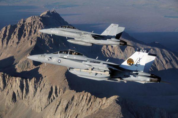 资料图片:美军F/A-18F战斗机与EA-18G电子战机编队飞行。(美海军官网)