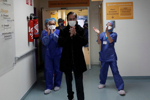 法国巴黎一家医院的工作人员23日为出院的新冠肺炎康复患者鼓掌(路透社)