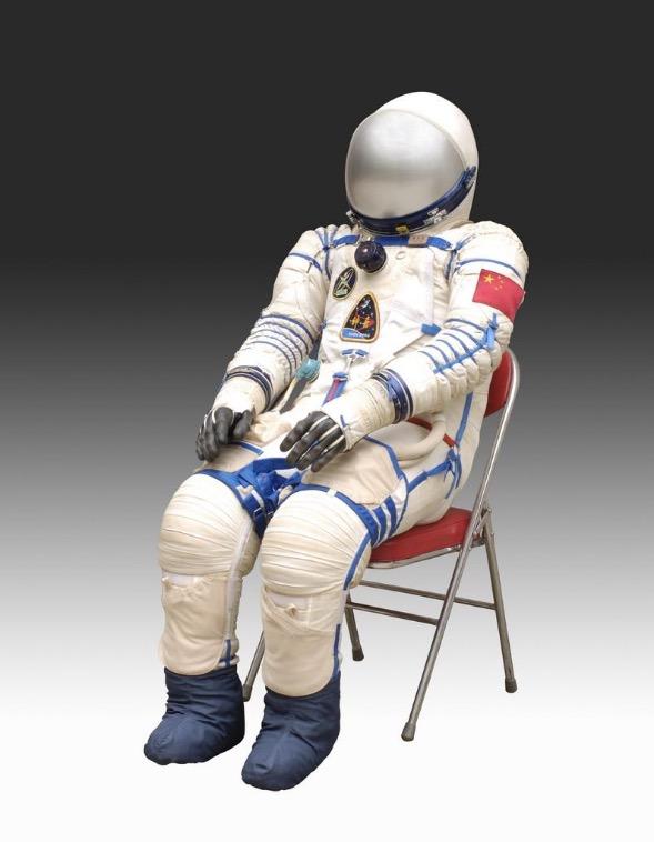 """""""神舟五号""""载人飞船航天员杨利伟穿的舱内航天服。图/国家博物馆"""