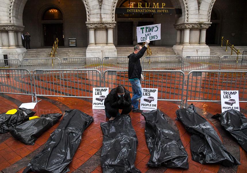 美国抗议民多在特朗普国际酒店前摆放伪的尸体袋 图源:《华盛顿邮报》
