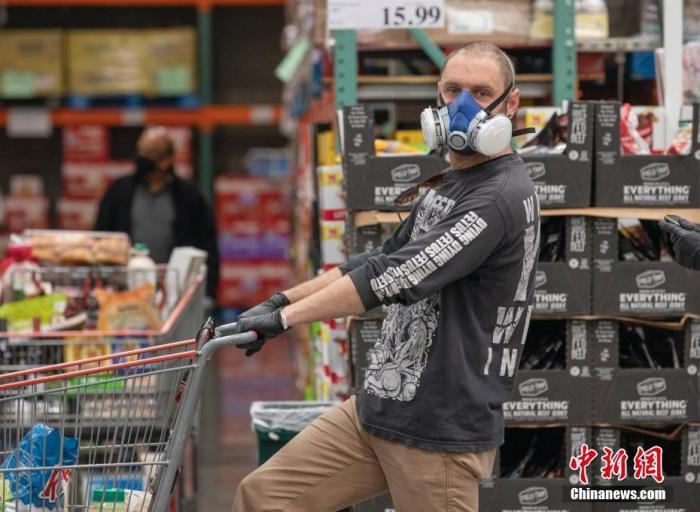 当地时间4月22日,位于美国旧金山湾区圣马特奥县的一家Costco超市内,顾客佩戴口罩购物。中新社记者 刘关关 摄