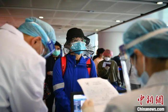 资料图:入境人员排队等候。刘冉阳 摄